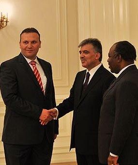 Кармод беше поканен в президентския дворец